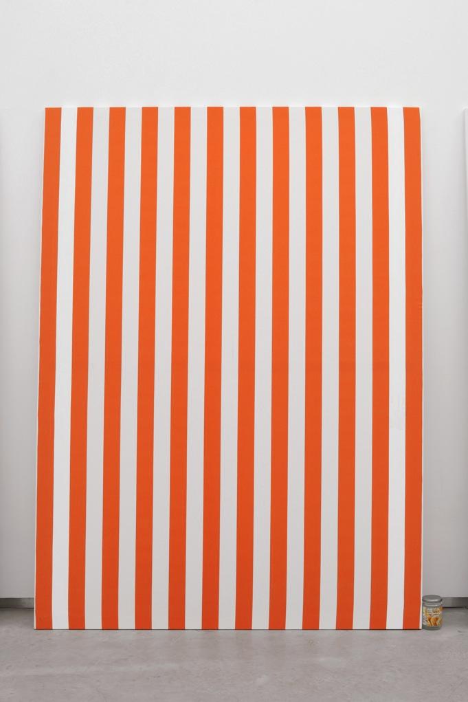 Jacques André,  Nicole IV (Peinture et pot de confiture) , 2013, Peinture acrylique blanche sur toile de coton à rayures blanches et rouges, alternées et verticales de 6cm de large chacune, empreinte de confiture d'airelles  Peinture: 190 x 140 cm  Pot de Confiture : 11,5 x 7,5 cm