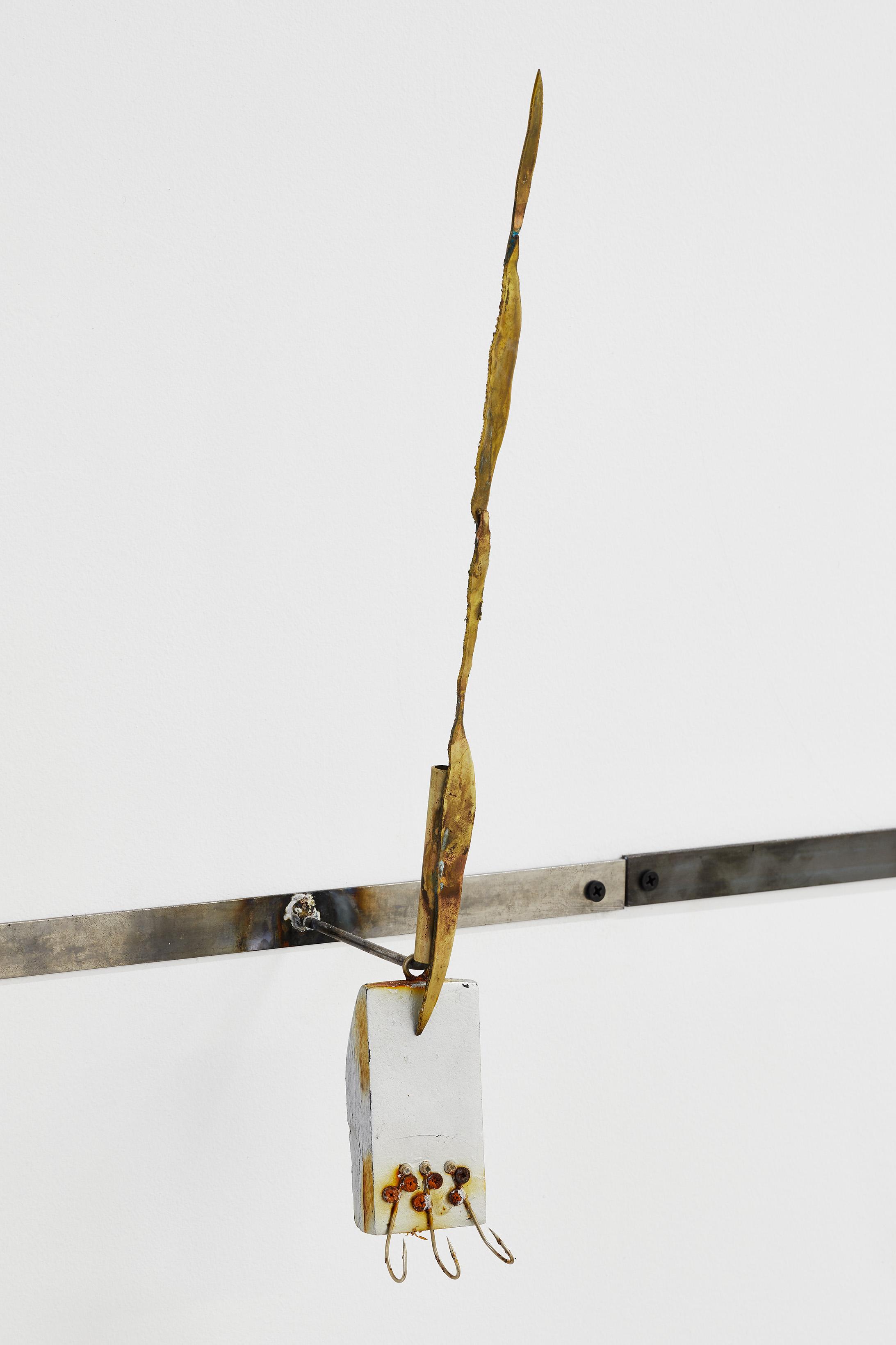 Haut fond , 2019. Laiton, acier, bois