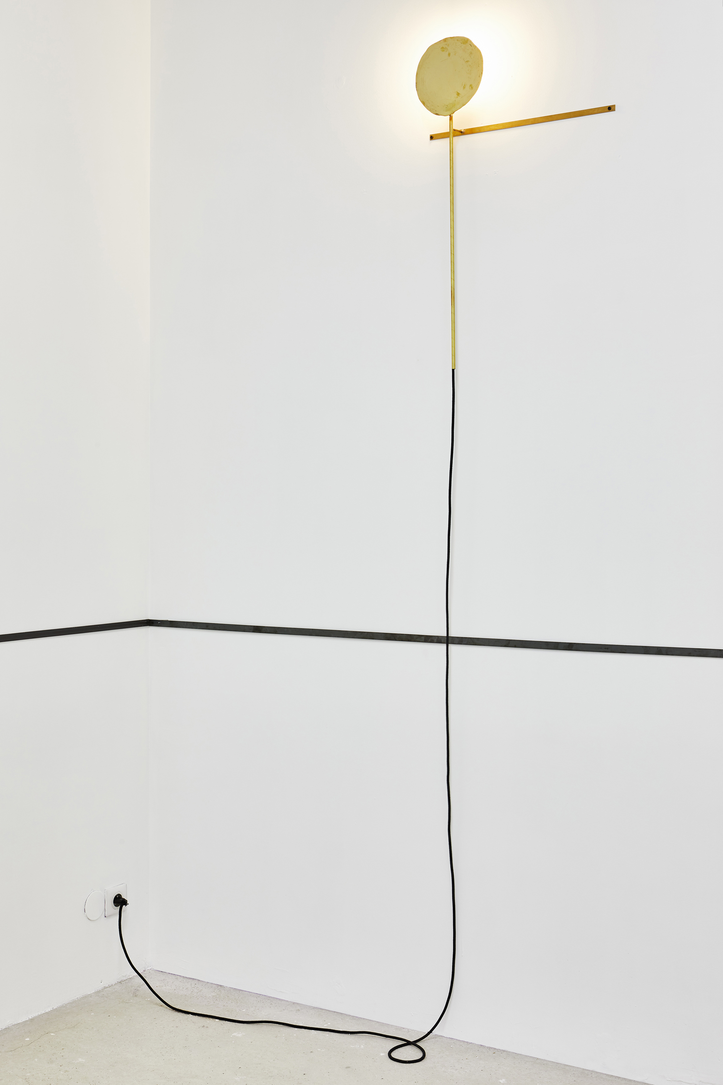 Eclipses , 2019. Laiton, ampoule, cable