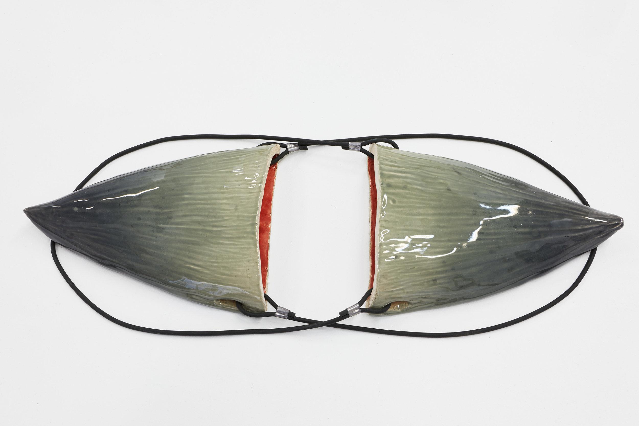 ELSA GUILLAUME, TRIPLE KIT N°15, 2018, 30 x 20 x 5 cm, Céramique émaillée, caoutchouc, rivets. Ensemble de deux.