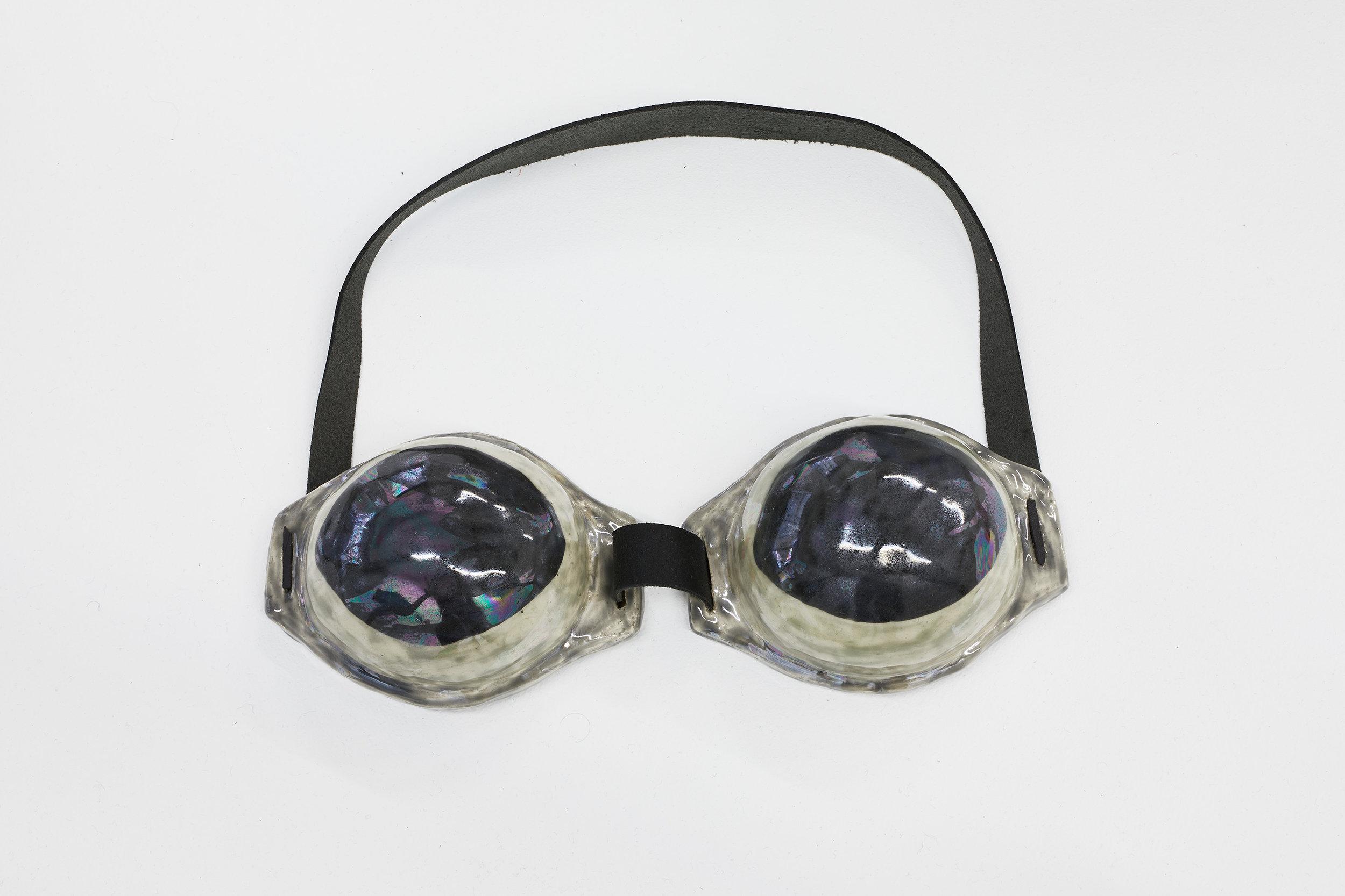 ELSA GUILLAUME, TRIPLE KIT N°17, 2018, 25 x 8 x 5 cm, Céramique émaillée, cuir et rivets. Pièce unique