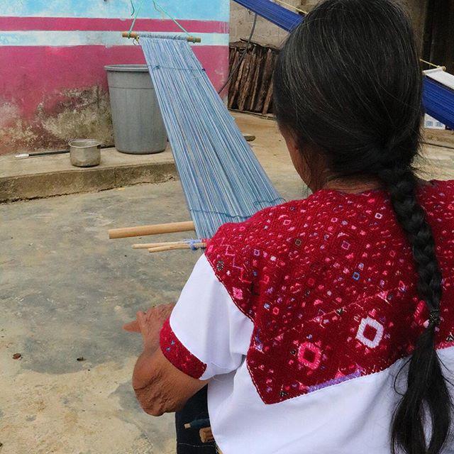 Queremos felicitar a @aidtoartisans, una ONG que se dedica a formar a grupos de artesanos y a ponerlos en contacto con marcas interesadas en colaborar con ellos.  @guillermojestermx así como muchas otras marcas pueden hoy trabajar de manera más productiva con diferentes comunidades en México y en el mundo.  #aidtoartisans #guillermojester #artenativo #artesanias #artemexicano #chiapas #mexico