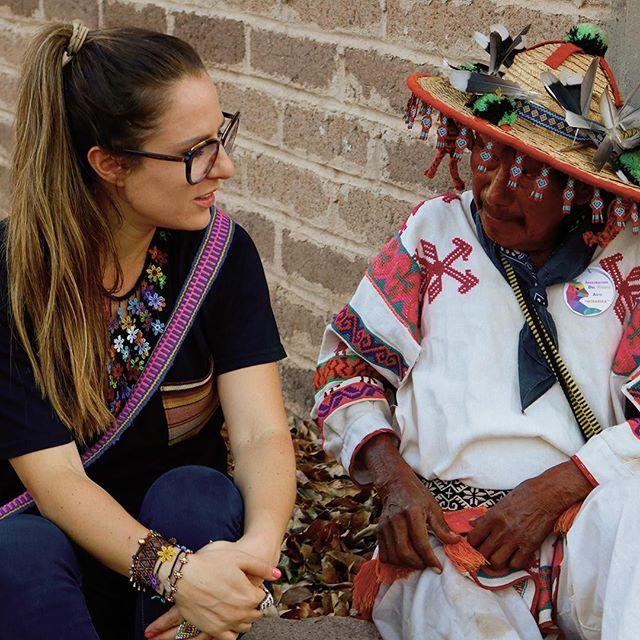 ¡Mujer de negocios! Sofía nos platicó su camino antes de fundar @morenacorazon, sus hobbies y las casualidades que la llevaron a trabajar con la comunidad Wixarika de la sierra de Nayarit. Por si no lo sabias, Morena corazón es la primera marca que Las Félix boutique tiene en venta, puedes ver toda la colección en nuestro sitio! Link en la biografia :) #artenativo #artesanias #artemexicano #huichol #wixarica #morenacorazon #lasfelix