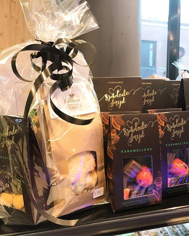 Har du husket morsdag imorgen?? Vi har gavepakker med lokale godsaker i Auk-butikken, med sjokolade fra @jentenepaatunet, kaffe fra @langorakaffe, @eidumbakeri  og honning fra @fornesgard . Eller hva med bringebær fra Veiseth? Nytt i butikken er økologisk korn og mel fra Kvittem Vestre. 👍 #auk #stjørdal @torgkvartalet @matriketmidt