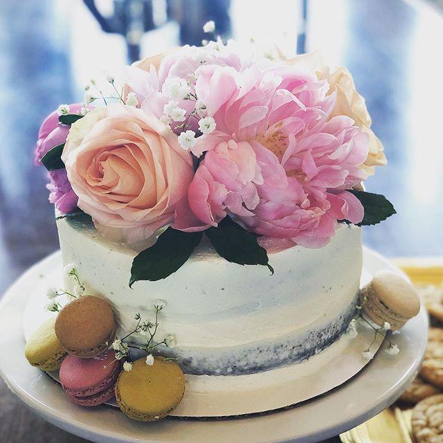A pretty little cake for an afternoon of celebrating friends ❤️! #sundayscakery #asseenincolumbus #flowersandmacarons #cbusfoodscene