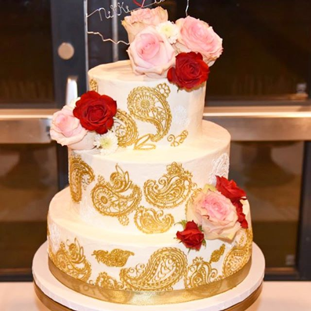 but really, have you ever seen anything prettier than henna inspired gold sugar lace? 😍🤤. Congratulations to the happy couple! 🥂 #sundayscakery #asseenincolumbus #614weddings #baggagoeswest
