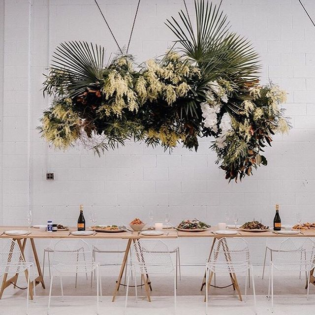 If you're looking to make a statement hanging installs are the way to go! This beauty is from a recent workshop with  @two_foxes_styling and @lydia.reusser 📷: @samanthadonaldsonphotography