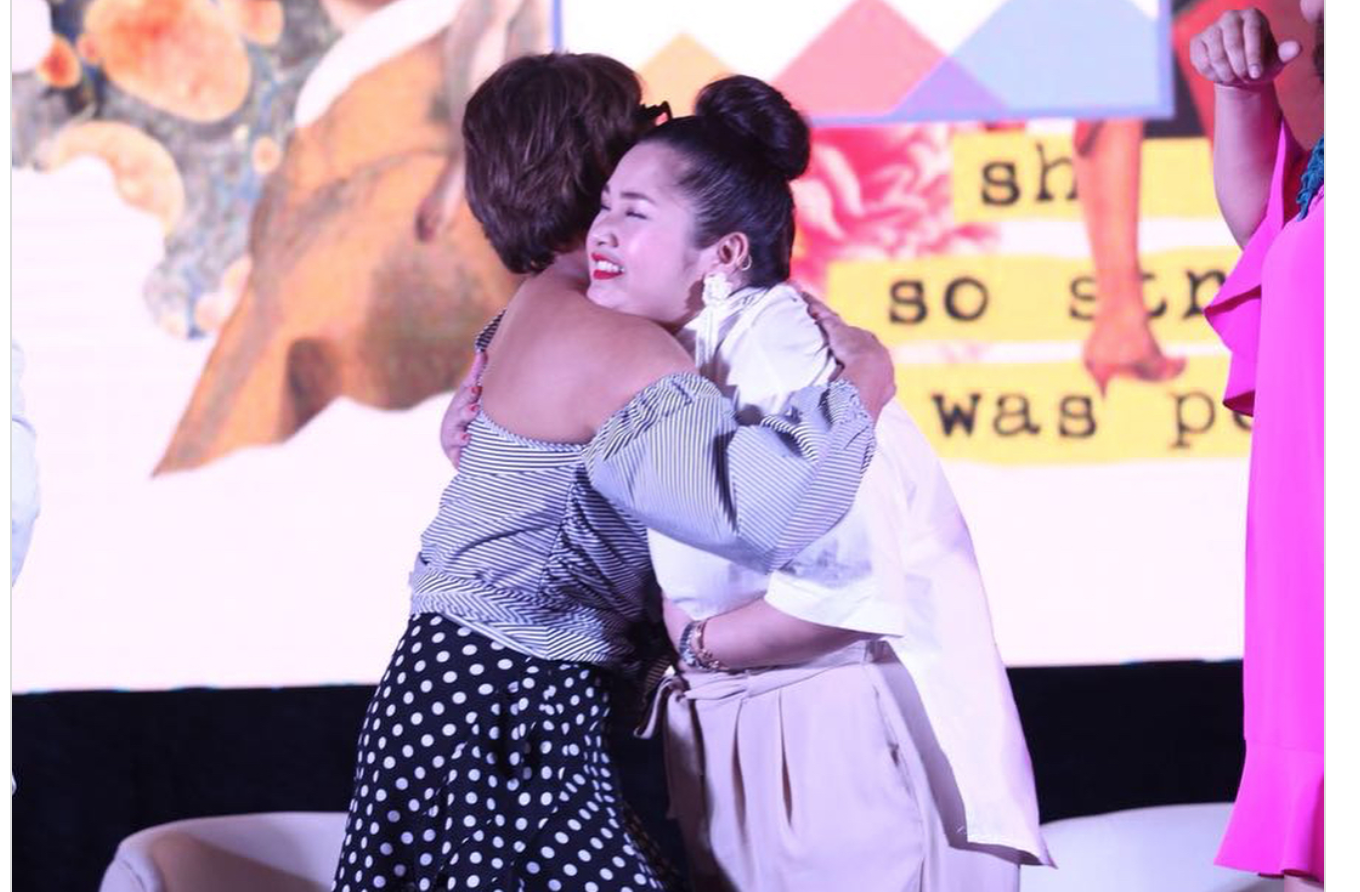 - Ces envelops Toni in a big hug, applauding her for her openness and bravery.