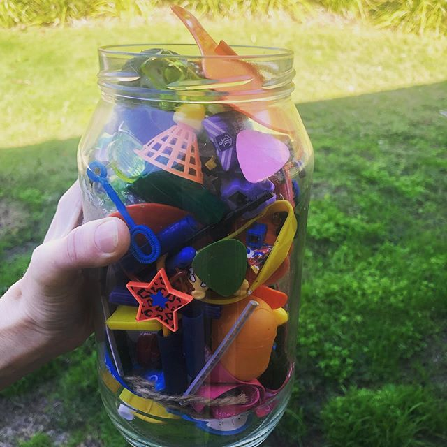 Just say no these school holidays to plastic crap! Enjoy the rain or shine and precious time⏰ with your littles☀️🌦⛈ 📸photo of a jar of plastic crap I wish I'd chosen to refuse/ purchase🤦🏼♀️ I keep it as a reminder to me and my kids of the short lived love they felt for it and the waste it is xx