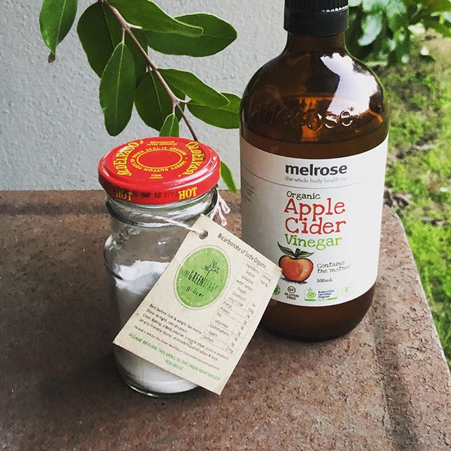 Shampoo & conditioner #plasticfree 👌 Bicarbonate of Soda for shampoo & Apple🍎 Cider Vinegar for conditioner. It's an adventure worth trying!☔️ #organic and #natural 🌱#zerowaste Q's??!! Xx