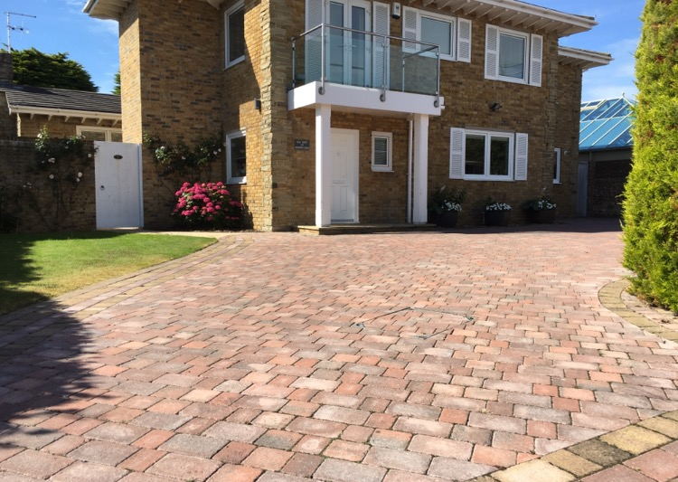 Alpha Antique blocks in brindle with a harvest trim was used on this driveway