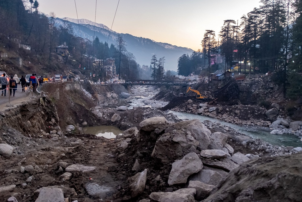 New Manali. The town is connected to the outside world by a road following the river down to the plains and further up into the Himalayas. The problem, as can be seen here, are landslides: Not only does the road crumble into the river, it is also buried on a regular basis from the mountains above. During last monsoon season the upriver villages were cut off for two weeks. I wonder how the local authorities are going to work this out.