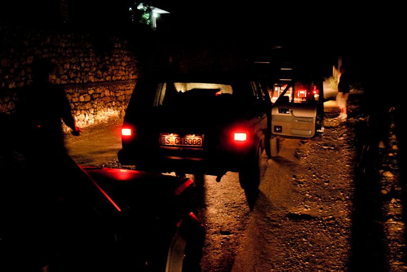 Meine zweite Nachtschicht als Fahrer: Die nächtliche Durchquerung Albaniens. Die Strecke war haarsträubend: Serpentinen durchs Gebirge ohne Leitplanken und mit teilweise gigantischen Schlaglöchern (davon existieren allerdings keine Fotos - wir mussten uns zu sehr auf die Strecke konzentrieren).