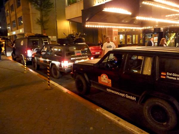 Kurz vor Mitternacht und Ablauf der Frist: Ankunft am Hotel in Istanbul. Da wir möglichst viele Länder durchquert hatten, kamen wir als Letzte und hatten seit Oberstaufen unterwegs auch kein anderes Team mehr gesehen. Istanbul war der erste gemeinsame Treffpunkt, da am nächsten Morgen ein Rennen durch die Stadt stattfinden würde.