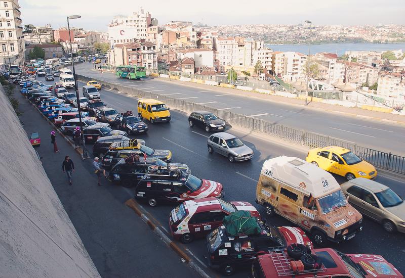 Die Fahrzeuge am Morgen vor dem Rennen.