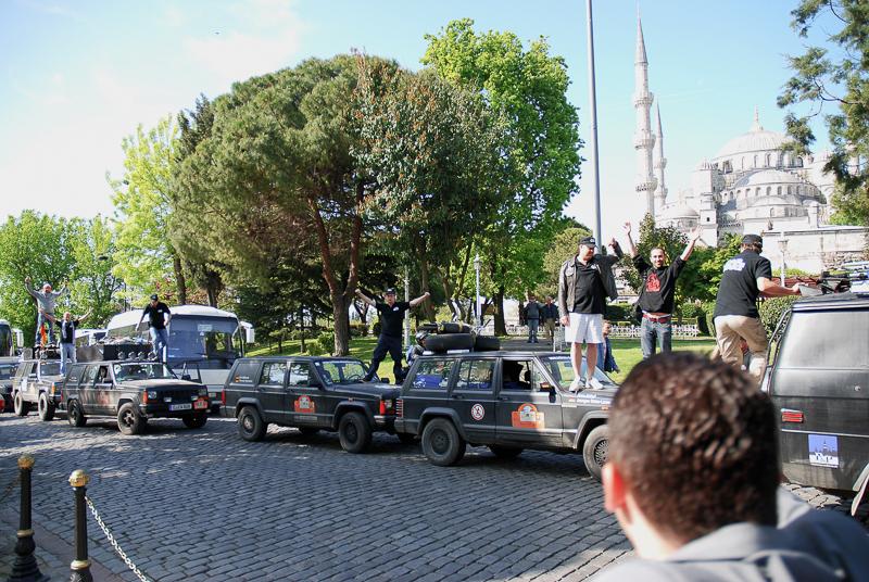 """Zielankunft an der Hagia Sophia. Wir waren das zweitschnellste Team (Das Siegerteam ist im Konvoi rückwärts """"falsch herum"""" durch eine Einbahnstraße gefahren)."""