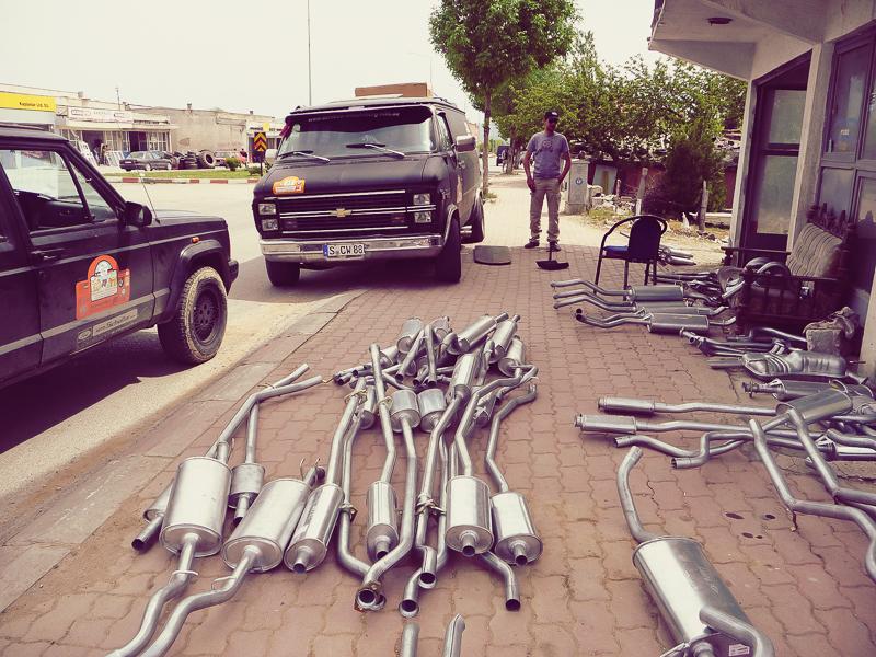 In der nächsten Stadt stellte sich dann heraus, warum der Mercedes nicht gelaufen ist: Im Fußraum des Beifahrers befand sich zur Diebstahlsicherung ein Geheimknopf, um die Benzinzufuhr zu unterbrechen …