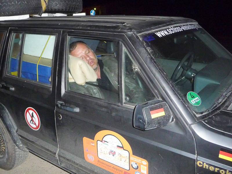 … was zu meiner dritten Nachtfahrt wurde. Mein Co-Fahrer, wie gesagt, war nachtblind.