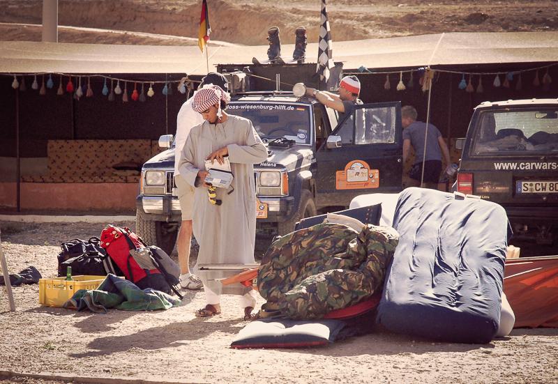 Da wir ja nach Hause fliegen würden, haben wir unsere Camping-Ausrüstung am Straßenrand verhökert.