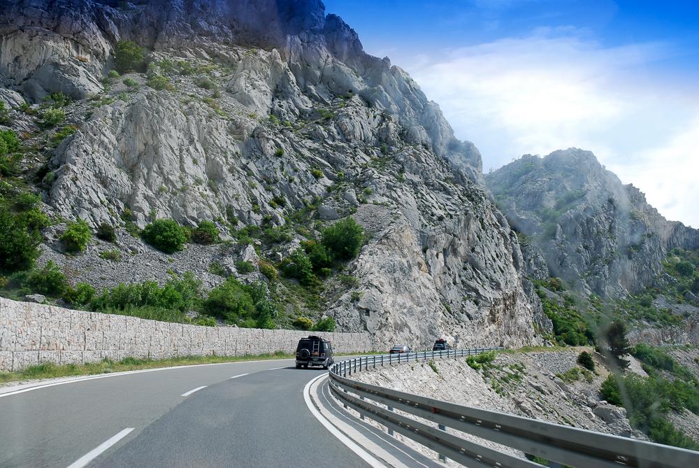 Einer der besten Abschnitte auf der Balkanfahrt: Die Küstenstraße in Kroatien. Perfekter Konvoi-Flow. Da wir alle Funkgeräte hatten, konnte das voranfahrende Team uns vor Gegenverkehr warnen, was völlig neue Möglichkeiten des blinden Überholens eröffnete.