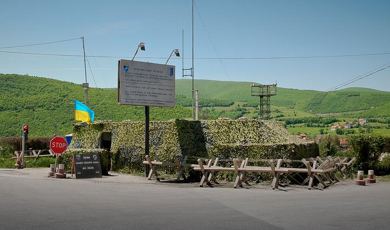 Der Grenzübergang vom Kosovo nach Mazedonien, unter Bewachung der KFOR