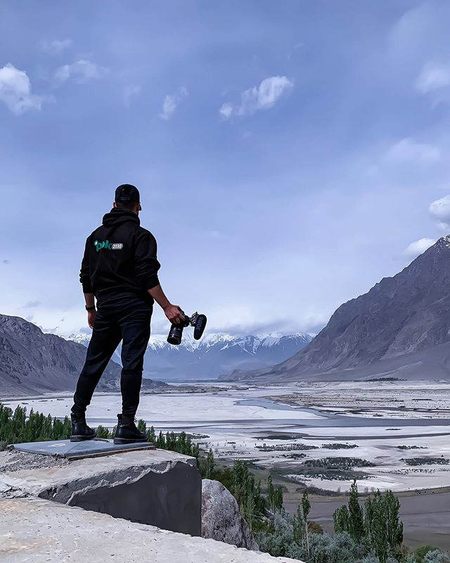 If you every travel to Pakistan 🇵🇰 give yourself enough time to soak in all the beauty! You need at least a month to even scratch the surface. This was just one of hundreds of viewpoints we could've stopped at on our trip through Northern Pakistan (many of which we had to drive past because of limited time). This particular stop was in Skardu overlooking its epic cold desert. 😍 - - - - - #cpicpaktour2019 #pakistan #travelbeautifulpakistan #travelblogger #passionpassport #photography #travel #travelphotography #travelgram #traveller #instatravel #canon #desert #mountains #wednesday #camera #adventure #instatravel #igtravel #adventuretime #travelblog #travelblogger #travelphoto #wanderlust #adventure #traveling #travelling #travellife