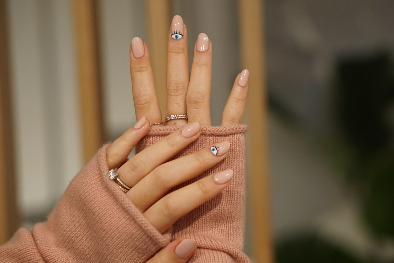 Nail polish base color in No. 06 Buttery Nude.