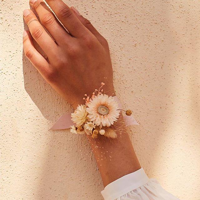Je serais du 10 au 14 avril a la boutique @andotherstories rue Vieille du Temple à Paris !  Je vous prépare des accessoires en fleurs séchées à assortir avec leurs belles robes pour la saison des mariages! J'animerai aussi un atelier «bracelet fleuri» le dimanche 14 avril à 14hh. Inscrivez vous vite sur leur site !  See you there ! 😘