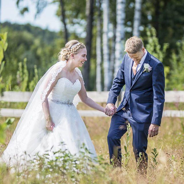 Det er stas når de slapper såpass av under fotograferingen😍 Se på de da!☝️ #bryllupvestfold #bryllupsfotograf #wedding #weddinginnorway #norway #tbno