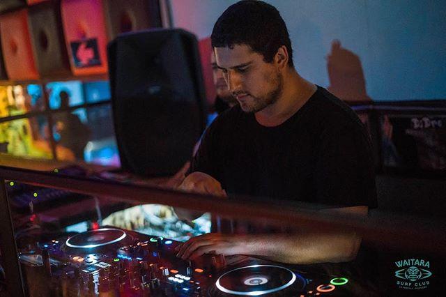 Pasando buenos beats en @waitara.club 📷: @benja_phfilms ➖ #waitaraclub #waitara #pichilemu