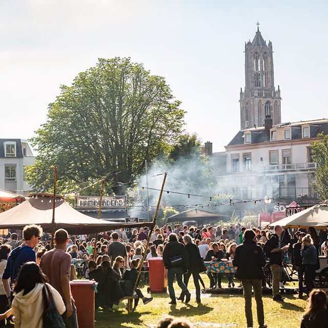 Where there's smoke there's FIRE 🔥 and sometimes hamburgers. . LEPELTJE LEPELTJE 🥄🥄 THIS WEEKEND 🍻🍔 UTRECHT 📍 @lepeltjelepeltjenl . . 📸 @michielton . . . #lepeltjelepeltje #park #festival #lepelenburg #hamburger #burger #party #smokesignals #bbq #campfire #utrecht #lepeltjelepeltjefestival #lepeltjelepeltjeutrecht