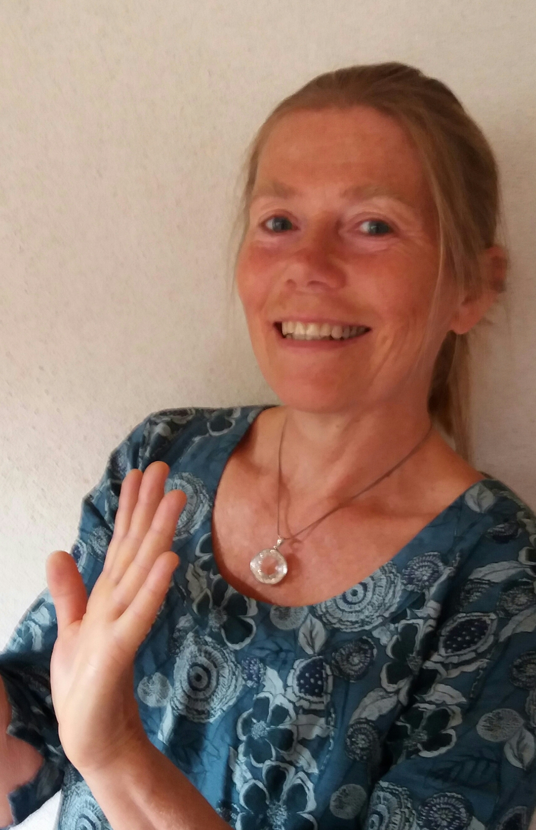 - NOCHENKA WELSH est thérapeute psycho-corporelle depuis 20 ans, formée en somato-thérapie, soins énergétiques, massages, qi gong thérapeutique, et MER depuis 2016. Elle donne des soins à Montbrun Bocage (31310) à Manaska.Téléphone : 05 61 98 92 64.Site internet de son lieu d'accueil pour stages et séances : manaska.eu.
