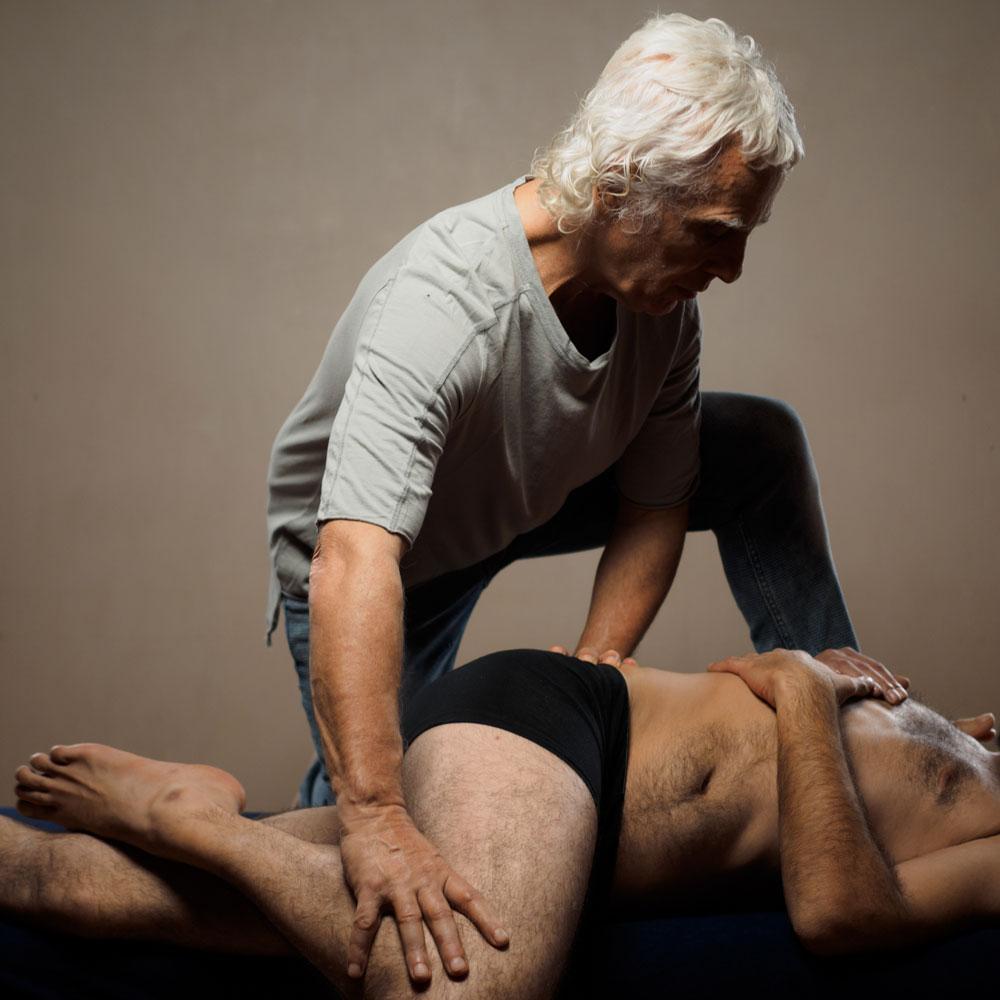 Libérer la capacité d'auto-guérison naturelle du corps - La technique M.E.R. est une combinaison inédite de manipulations des tissus mous et profonds, de libération des articulations, de travail énergétique, de respiration, de dénouement myofascial et de formation à l'éveil corporel. Ce travail permet de libérer les schémas physiques et émotionnels de la personne, d'activer sa capacité naturelle d'auto-guérison et ainsi d'alléger la douleur.La technique M.E.R. traite la personne dans sa globalité (corps, mental, émotions...) et une place importante est donnée à l'éducation pour aider le client à comprendre ce qui à créer les spasmes dans les tissus (répressions émotionnelles, croyances négatives, habitudes dysfonctionnelles...). Pour cela, le praticien doit développer sensibilité et soutien, pour créer un espace de confiance où la personne pourra s'ouvrir à la guérison.