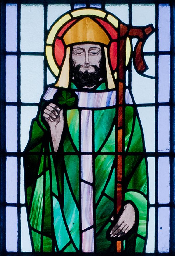Kilbennan_St._Benin's_Church_Window_St._Patrick_Detail_2010_09_16.jpg