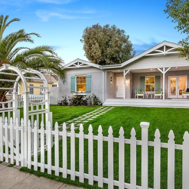 Los_angeles_remodel_addition_archtecture_grassy_lawn_single_family_house.jpg