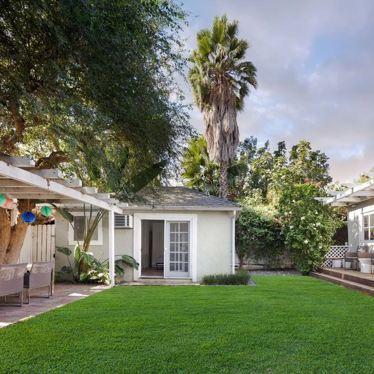 los_angeles_guest_house_bungalow_green_backyard_entertaining_space.jpg