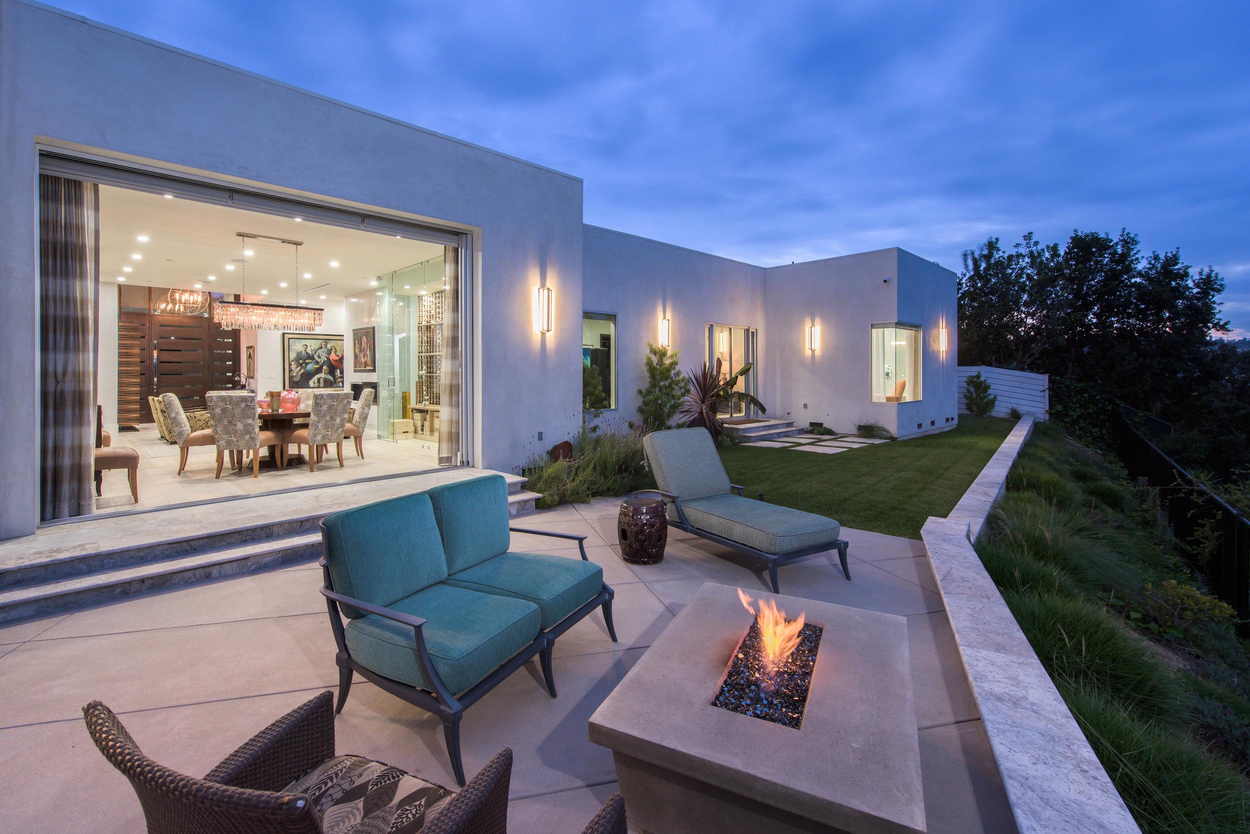 modern-backyard-fire-feature.jpg