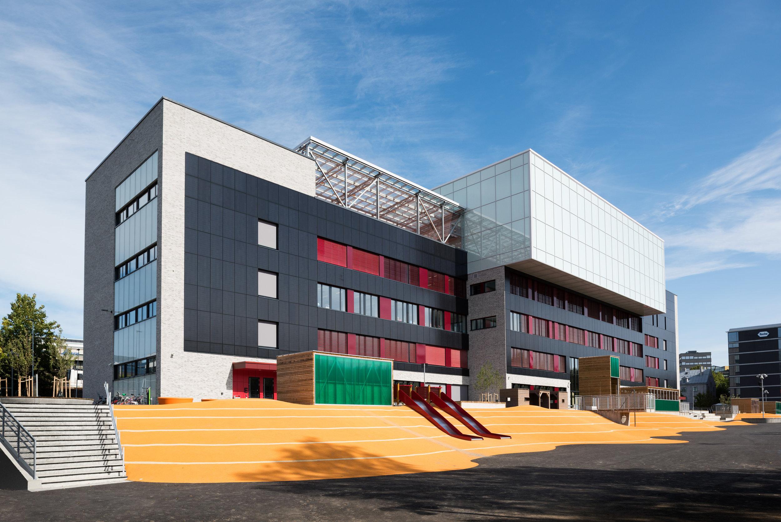 Brynseng skole har et av landets største fasadeintegrerte solcelleanlegg. Foto: Undervisningsbygg.