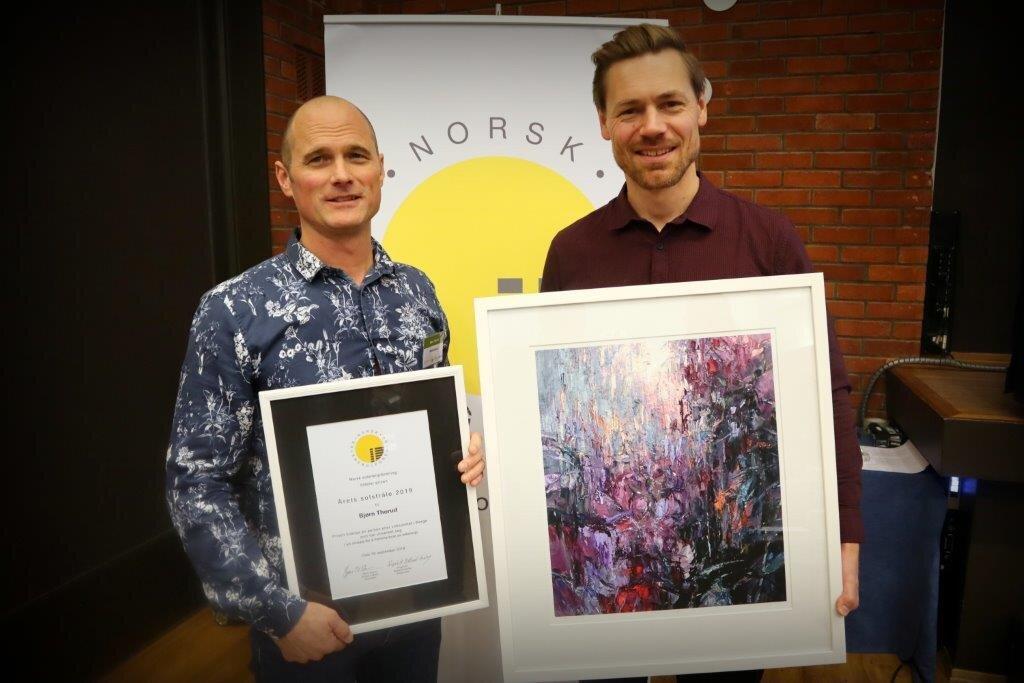 Årets solstråle 2019, Bjørn Thorud, og styreleder i Norsk solenergiforening, Bjørn-Yngve Kinzler-Eriksen.