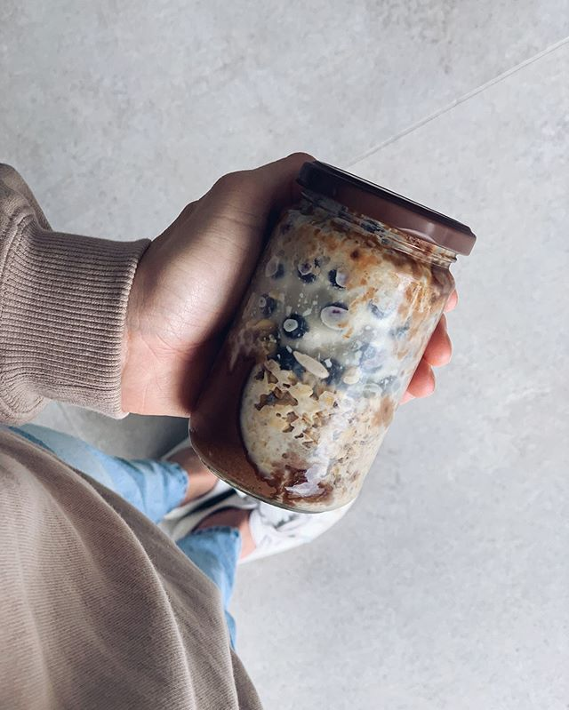Breakfast on the go has never looked so good // Overnight oats made with @sunsol_muesli's new Probiotic Toasted Muesli range in a nearly empty peanut butter jar 🙌🏼