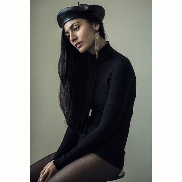 Katie.  www.kofipaintsil.com @kofipaintsil . . . . . . . . . #kofipaintsil#art#photography#london#figure#fashion#portraits#painting#classic#beauty#queen#model#feminine#elegance#blackandwhite#monochrome#ff#love#renaissance#classic#vogue#brunette#royal#pocahontas#longhair#eyes#face#photooftheday#picoftheday#potd