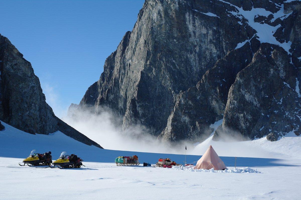 在南极洲半岛Alexander Island的一个英国考察队。Photo: Hamish Pritchard, BAS