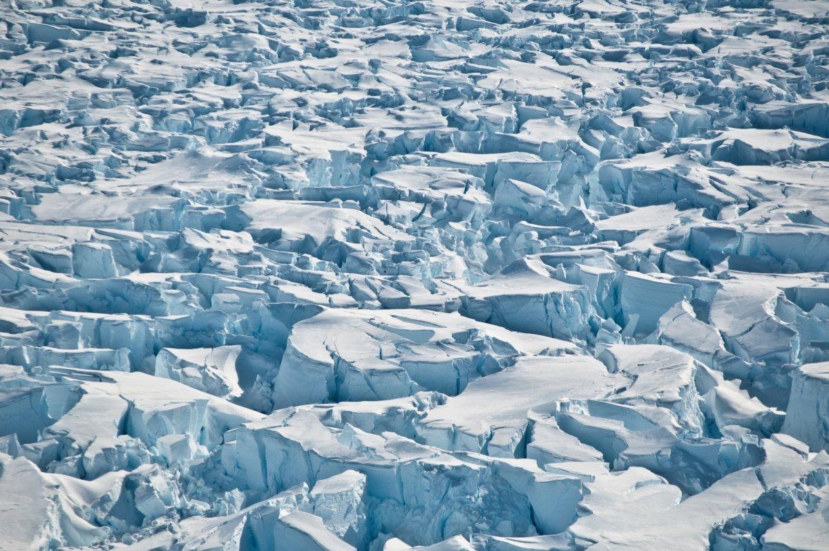 南极洲Pine Island冰川接地线附近的裂缝。Photo: Ian Joughin, University of Washington