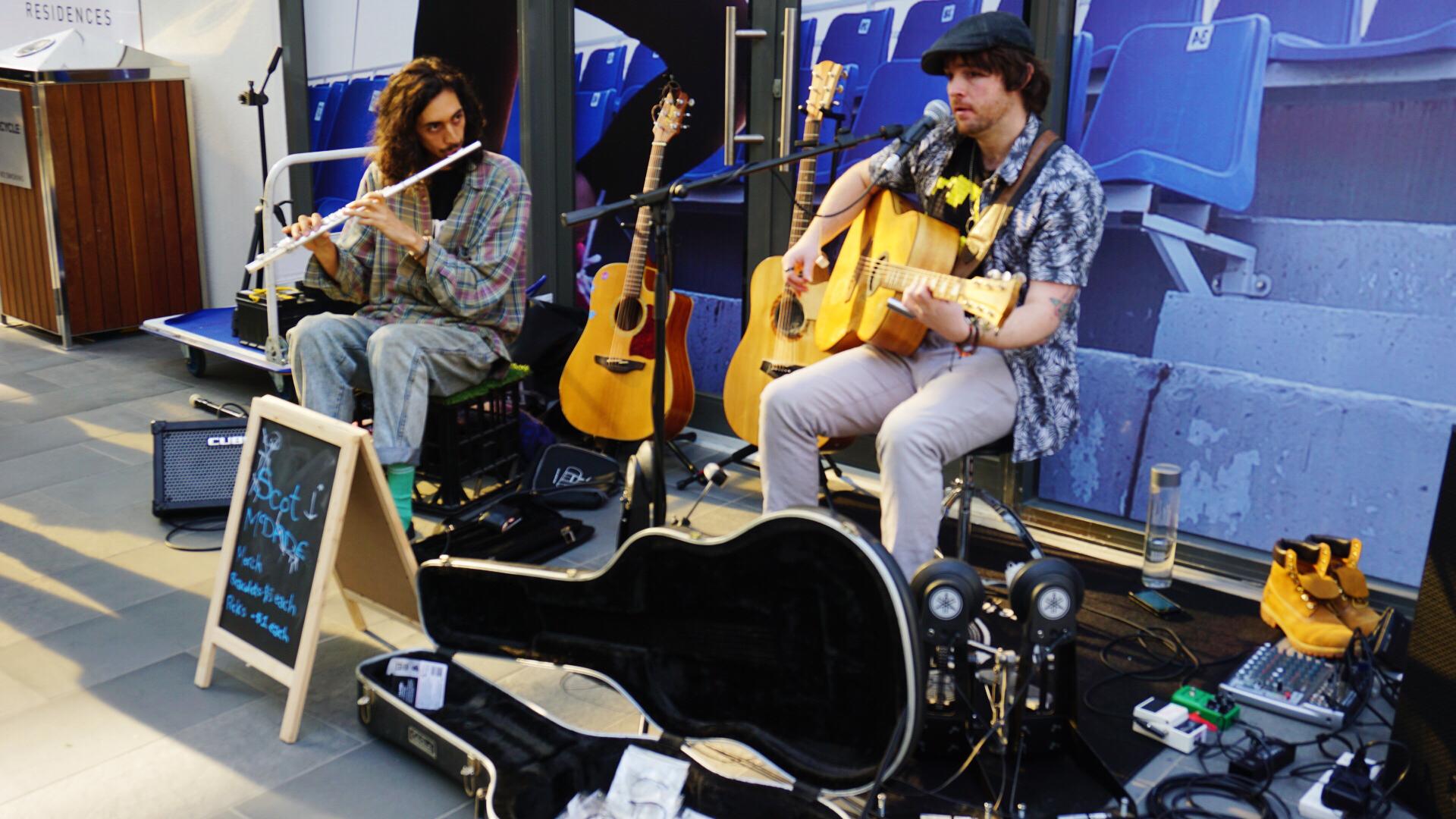 街头艺术家们演奏的音乐永远是必不可少的元素
