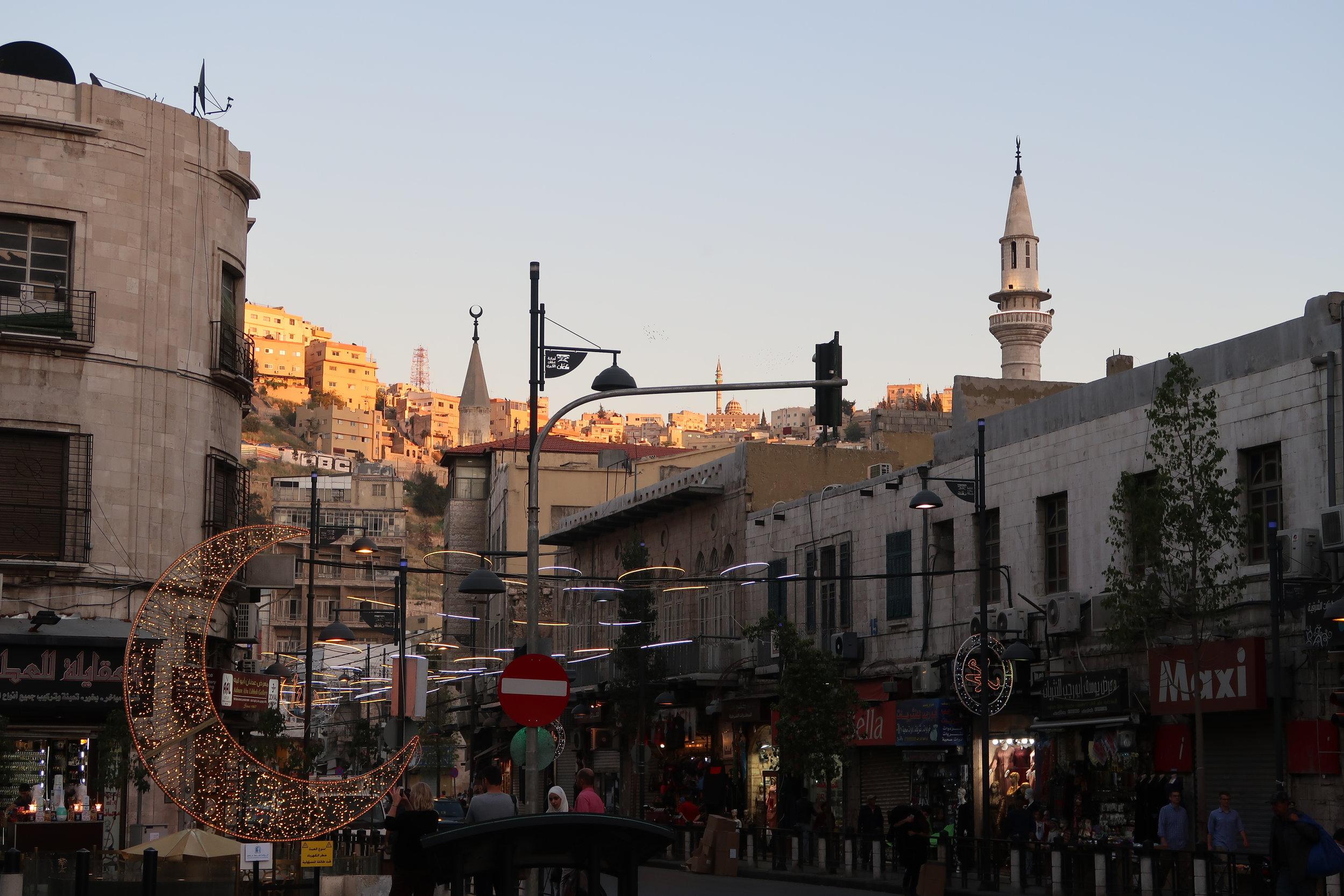 安曼老城主街上的斋月节月亮形状装饰灯