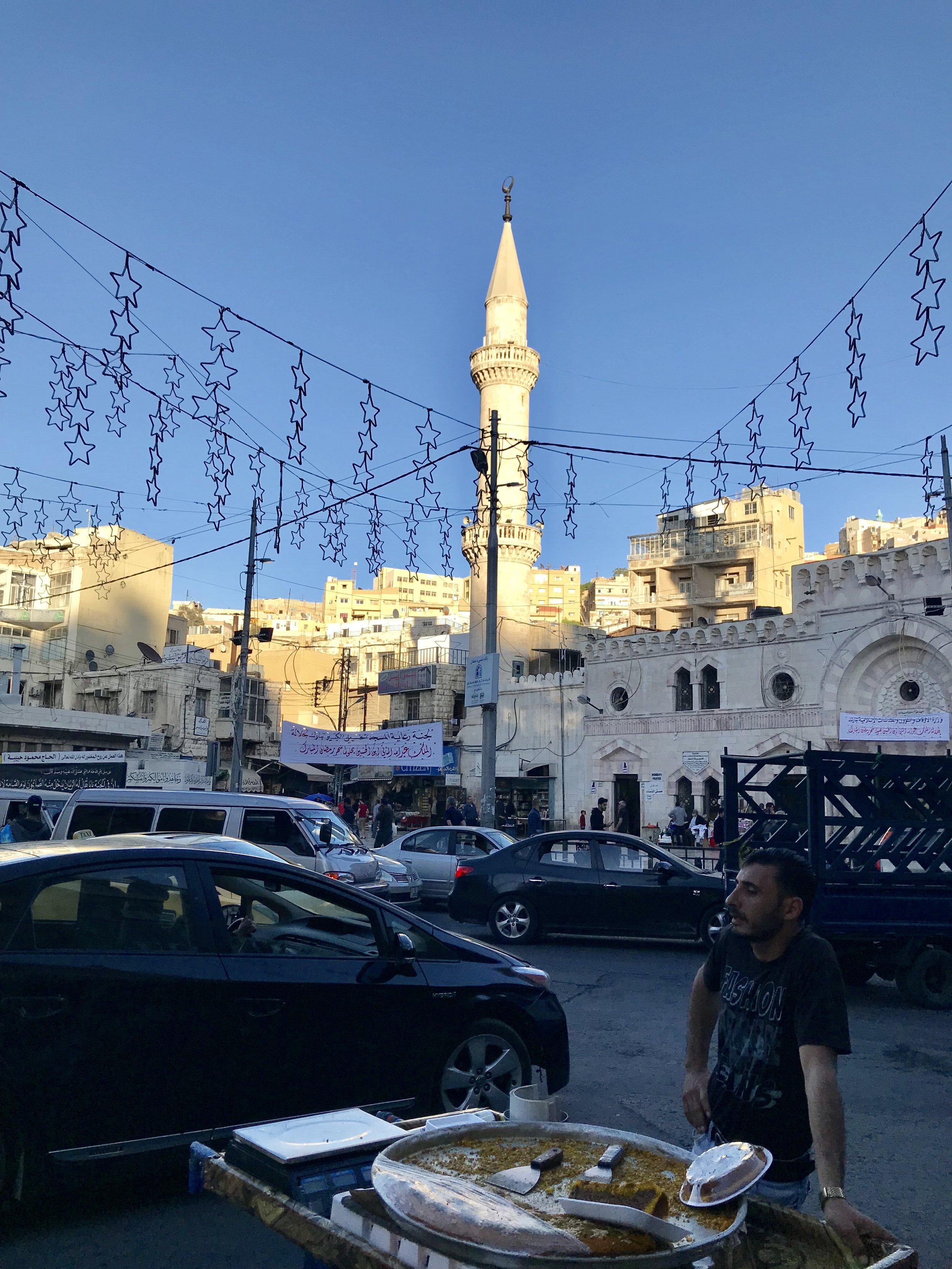 Al Husseini清真寺前主街上卖点心的小贩