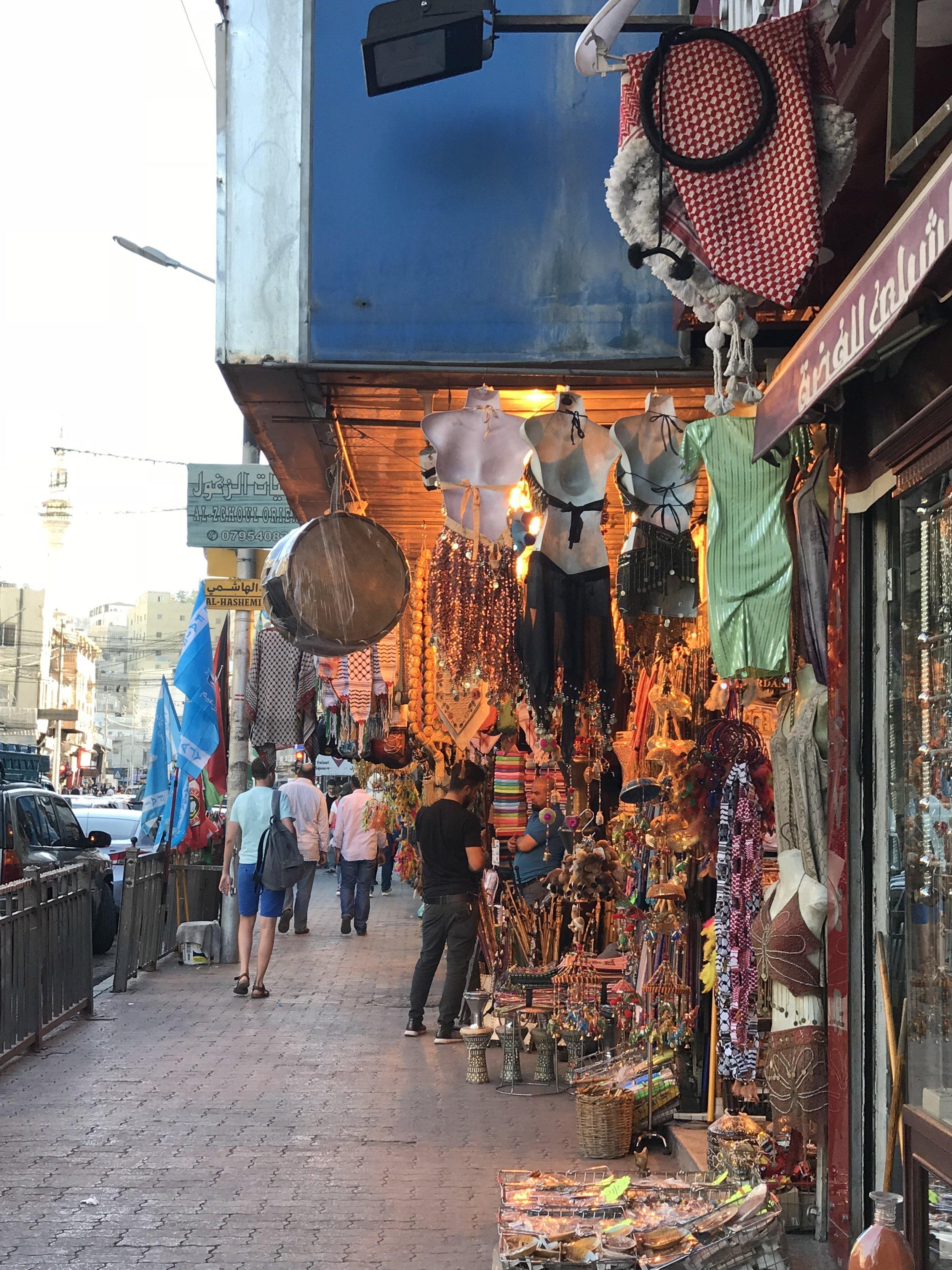 老城主街人行道旁的旅行纪念品商店