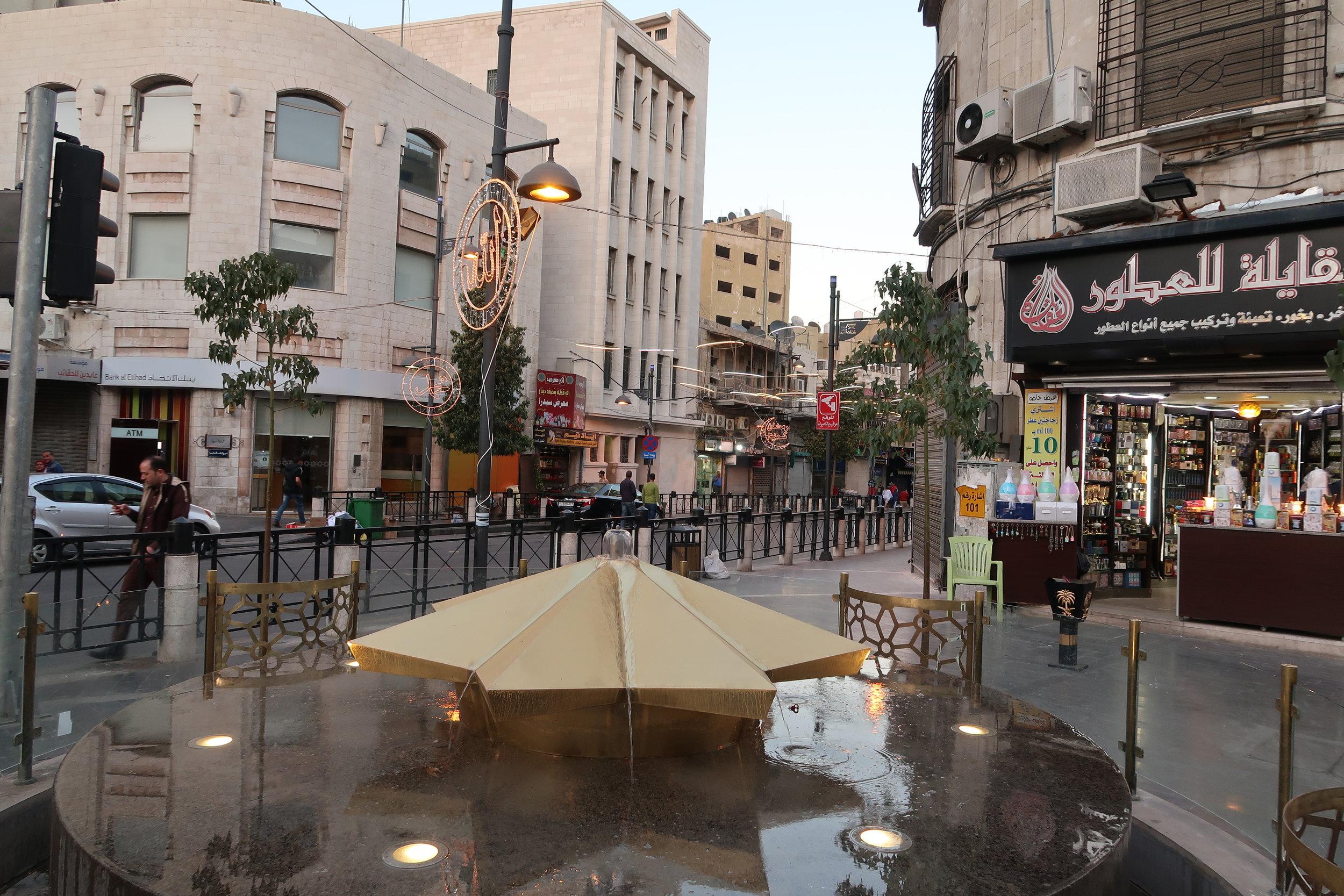 安曼老城主街上的喷泉雕塑