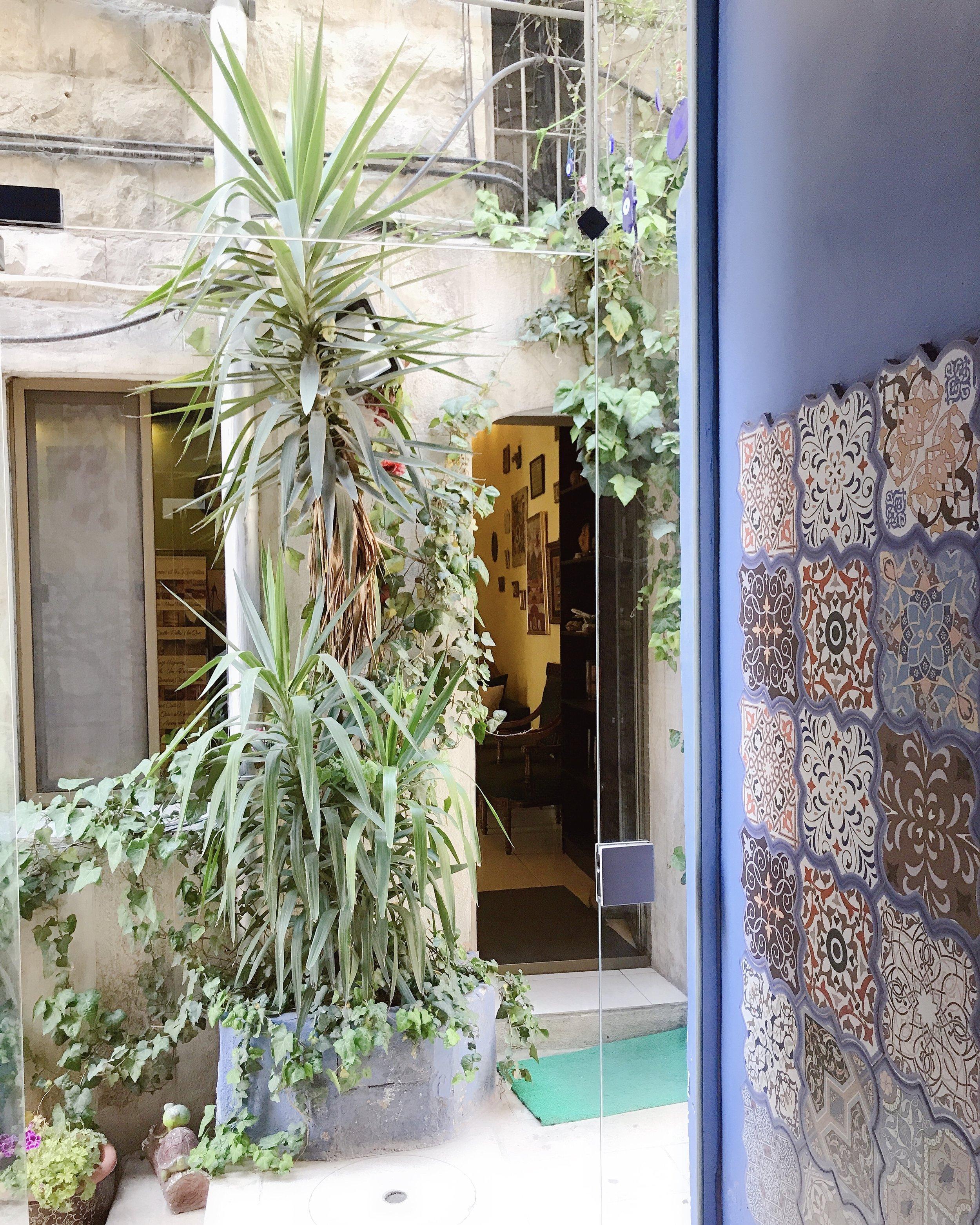 从房间出来,正对面就是旅馆大堂。旅馆很多地方都有伊斯兰风格的瓷砖装饰。
