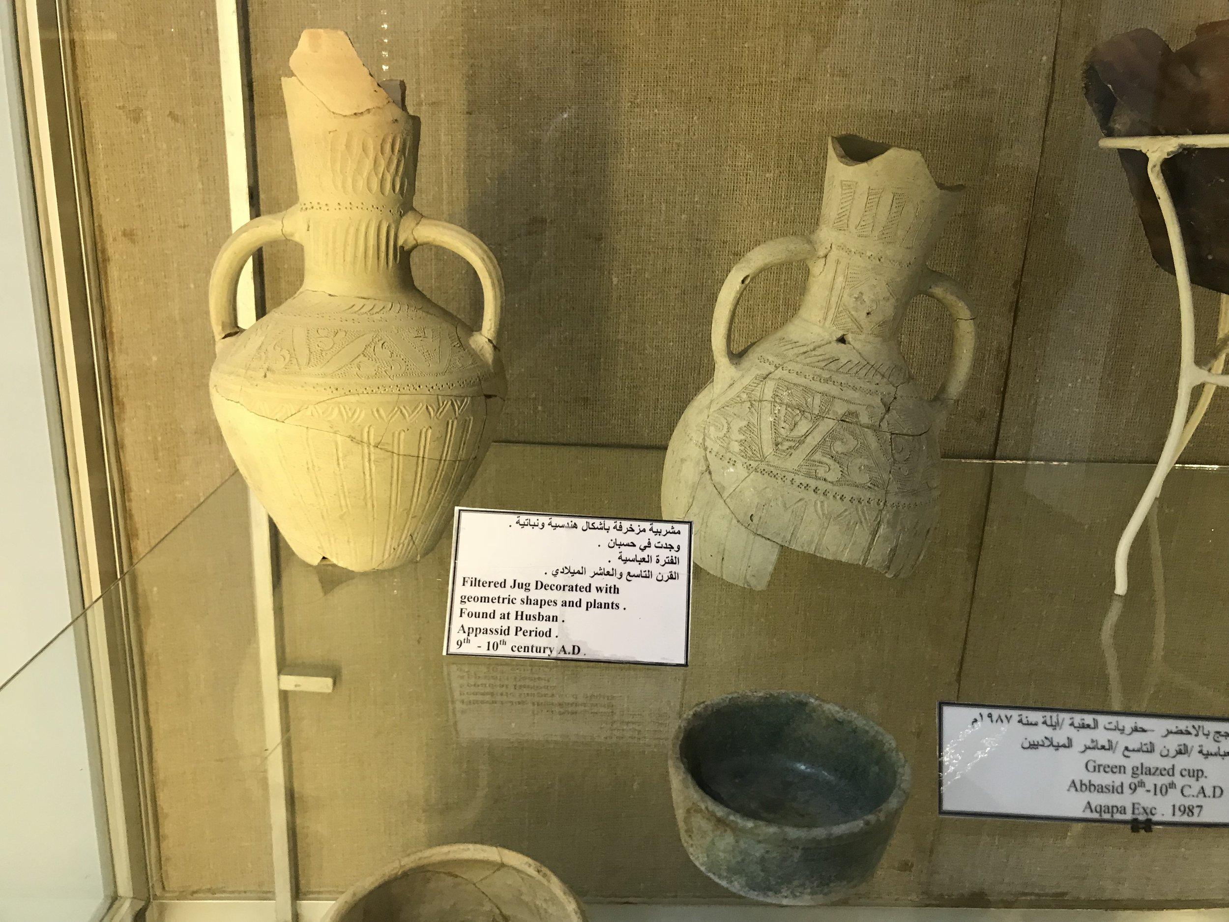 公元900年至1000年阿拉伯地区的陶土罐子,罐子上印有几何图形和植物花纹。